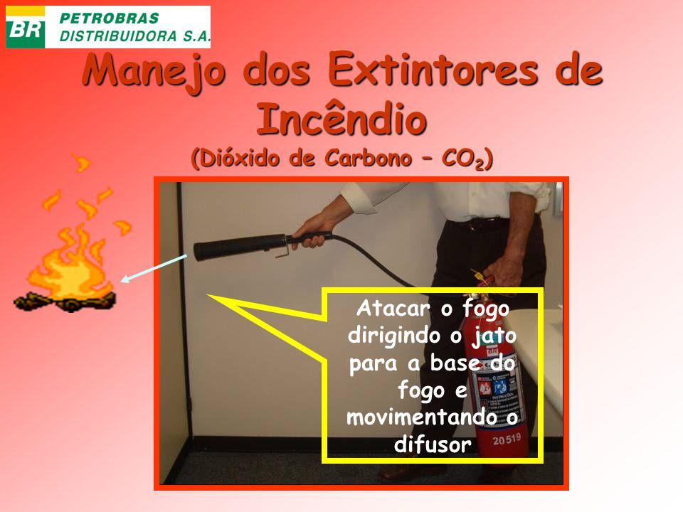 Manejo dos Extintores de Incêndio (Dióxido de Carbono – CO 2 ) Atacar o fogo dirigindo o jato para a base do fogo e movimentando o difusor