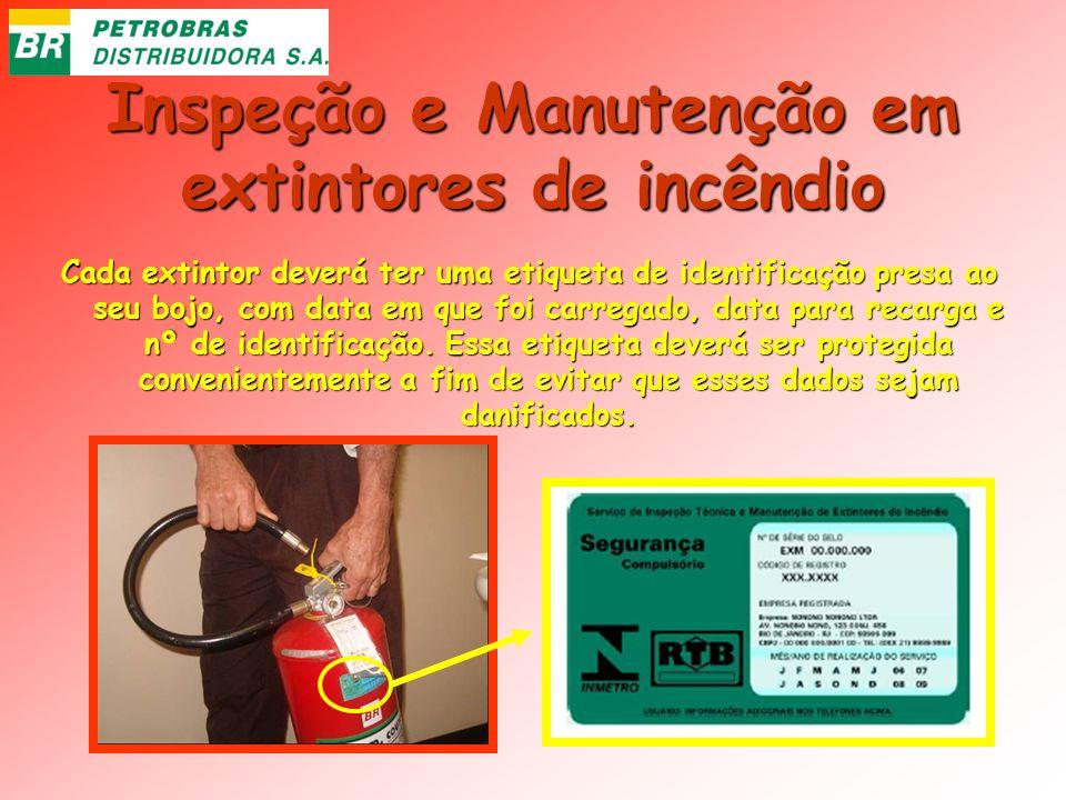 Inspeção e Manutenção em extintores de incêndio Cada extintor deverá ter uma etiqueta de identificação presa ao seu bojo, com data em que foi carregad