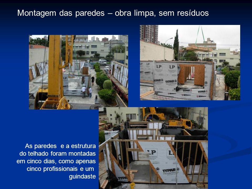 Montagem das paredes – obra limpa, sem resíduos As paredes e a estrutura do telhado foram montadas em cinco dias, como apenas cinco profissionais e um