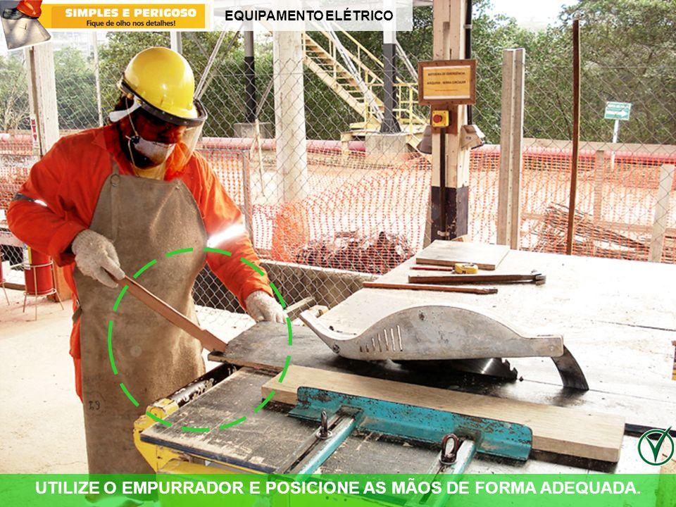 EQUIPAMENTO ELÉTRICO UTILIZE O EMPURRADOR E POSICIONE AS MÃOS DE FORMA ADEQUADA.