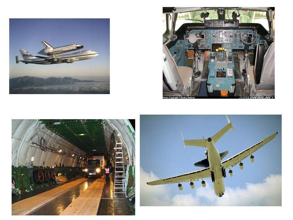 Carregando carga pela frente de um 747-400 O 747-400 pode comportar 30 pallets de carga no nível principal.