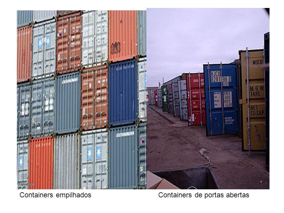 Containers de portas abertasContainers empilhados