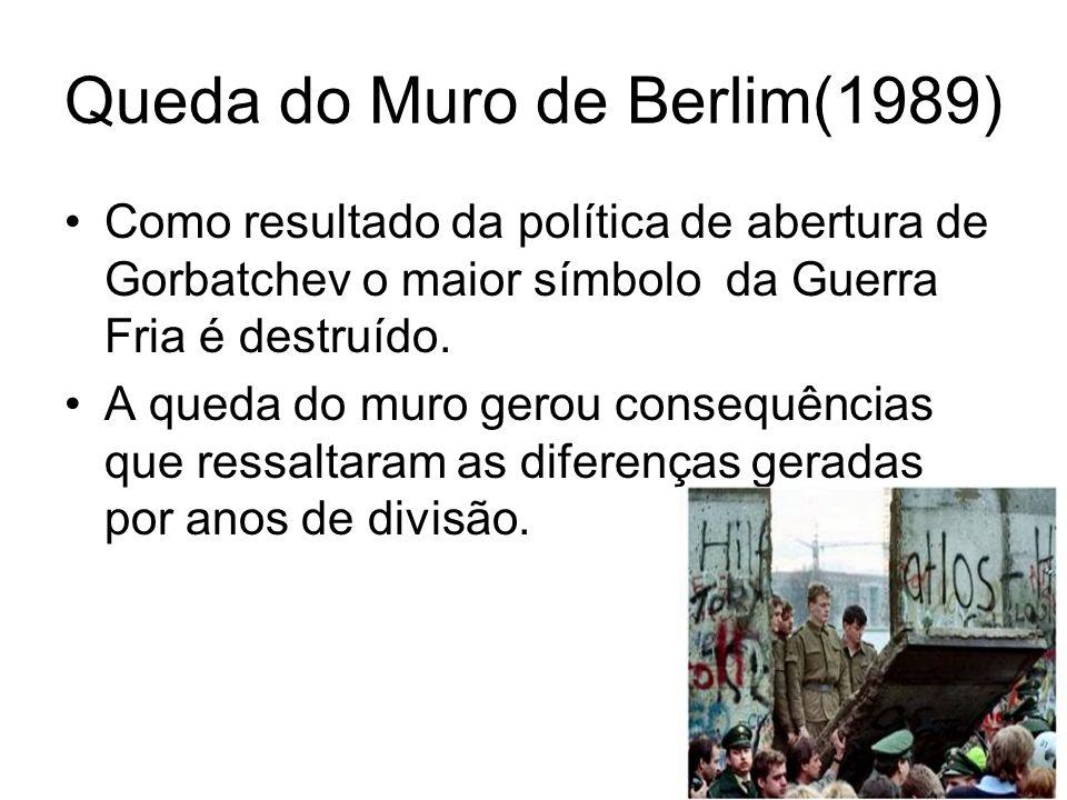 Queda do Muro de Berlim(1989) Como resultado da política de abertura de Gorbatchev o maior símbolo da Guerra Fria é destruído. A queda do muro gerou c
