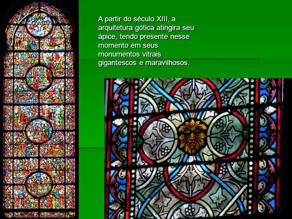 A partir do século XIII, a arquitetura gótica atingira seu ápice, tendo presente nesse momento em seus monumentos vitrais gigantescos e maravilhosos.
