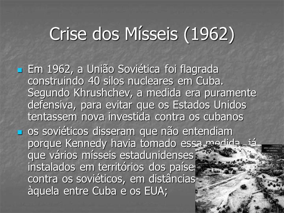 Crise dos Mísseis (1962) Em 1962, a União Soviética foi flagrada construindo 40 silos nucleares em Cuba. Segundo Khrushchev, a medida era puramente de