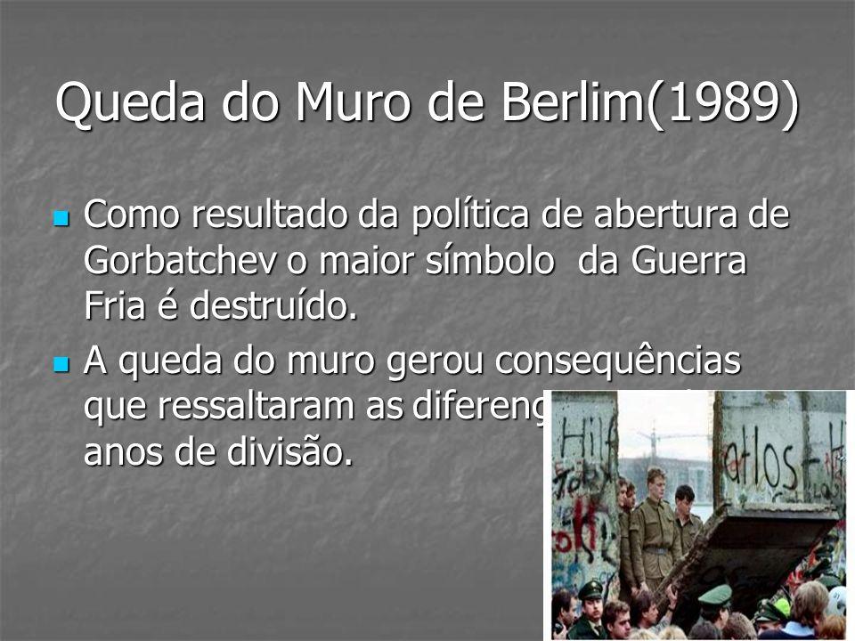 Queda do Muro de Berlim(1989) Como resultado da política de abertura de Gorbatchev o maior símbolo da Guerra Fria é destruído. Como resultado da polít