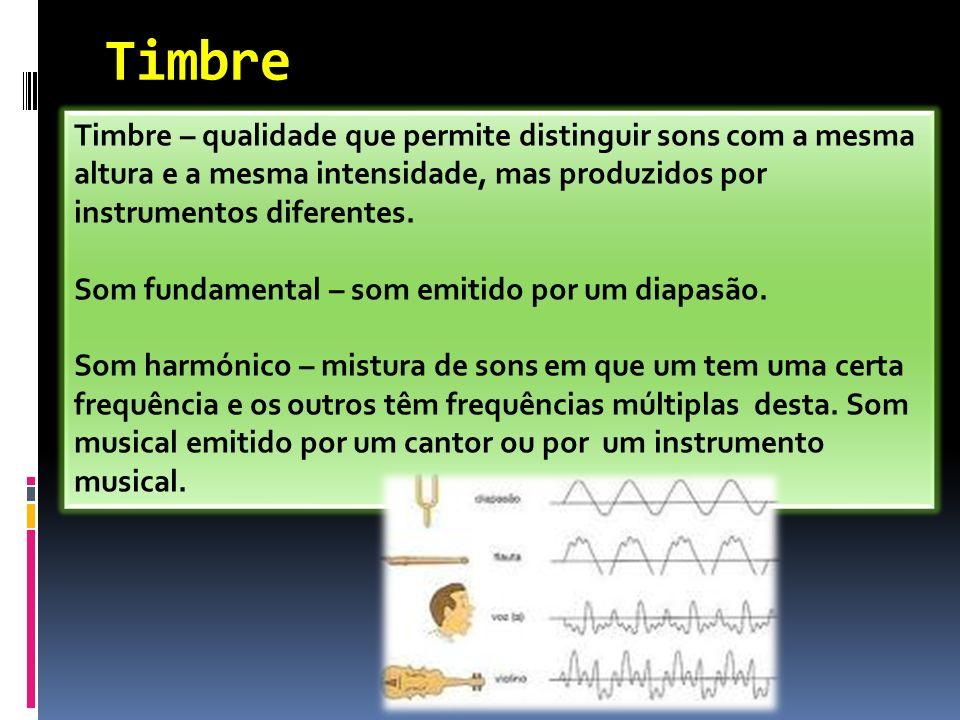 Timbre Timbre – qualidade que permite distinguir sons com a mesma altura e a mesma intensidade, mas produzidos por instrumentos diferentes. Som fundam