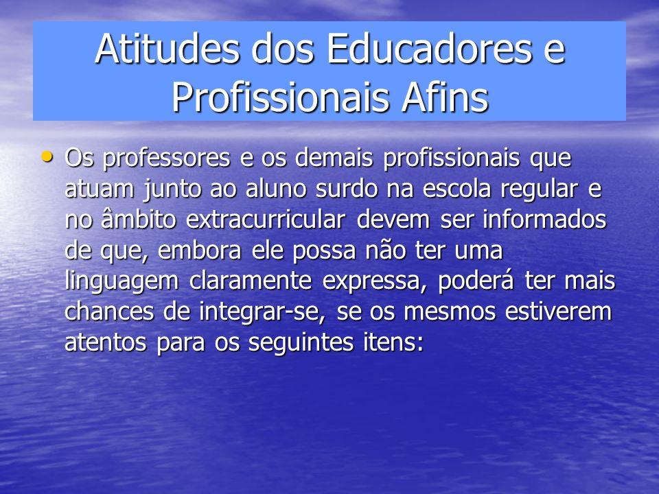 Atitudes dos Educadores e Profissionais Afins Os professores e os demais profissionais que atuam junto ao aluno surdo na escola regular e no âmbito ex
