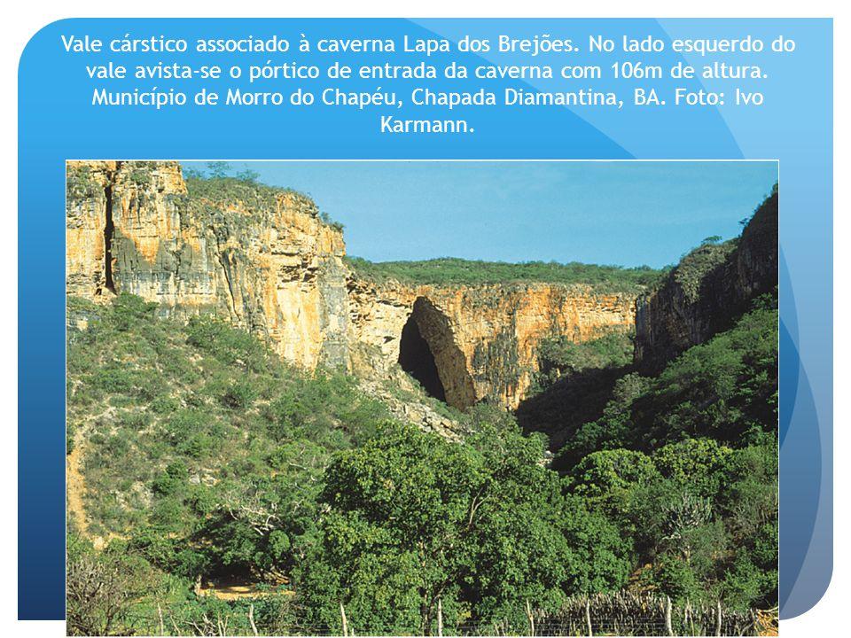 Vale cárstico associado à caverna Lapa dos Brejões. No lado esquerdo do vale avista-se o pórtico de entrada da caverna com 106m de altura. Município d