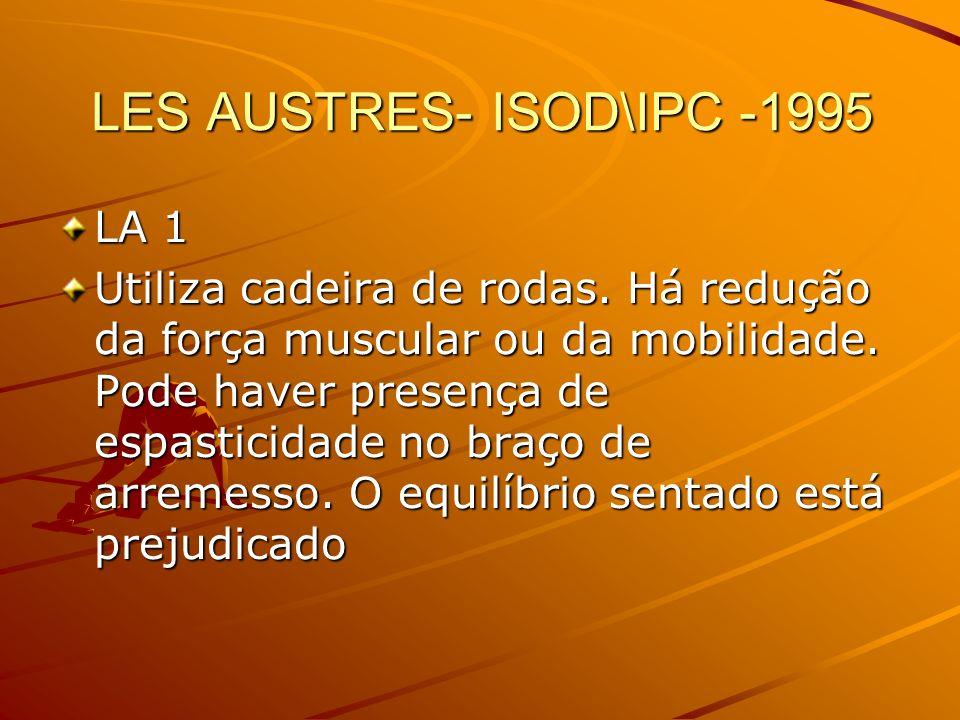 LES AUSTRES- ISOD\IPC -1995 LA 1 Utiliza cadeira de rodas. Há redução da força muscular ou da mobilidade. Pode haver presença de espasticidade no braç