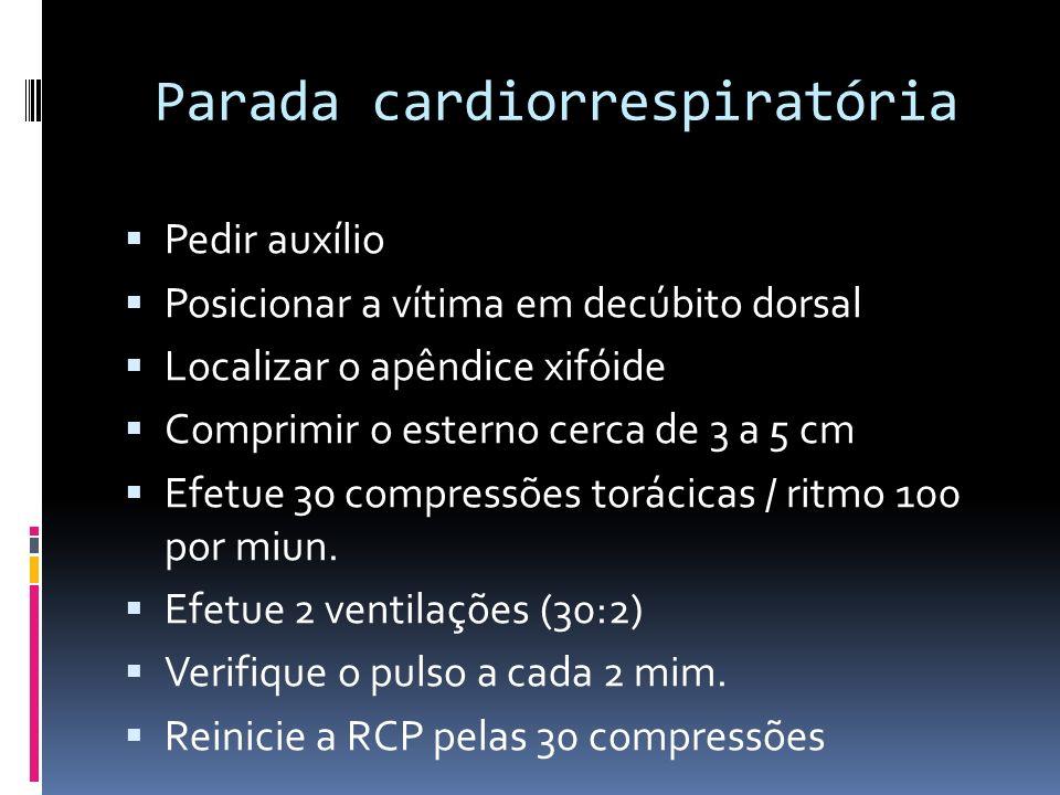 Parada cardiorrespiratória Pedir auxílio Posicionar a vítima em decúbito dorsal Localizar o apêndice xifóide Comprimir o esterno cerca de 3 a 5 cm Efe