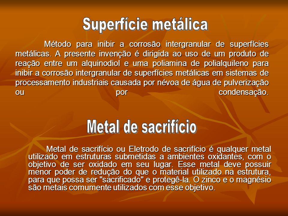 Método para inibir a corrosão intergranular de superfícies metálicas. A presente invenção é dirigida ao uso de um produto de reação entre um alquinodi