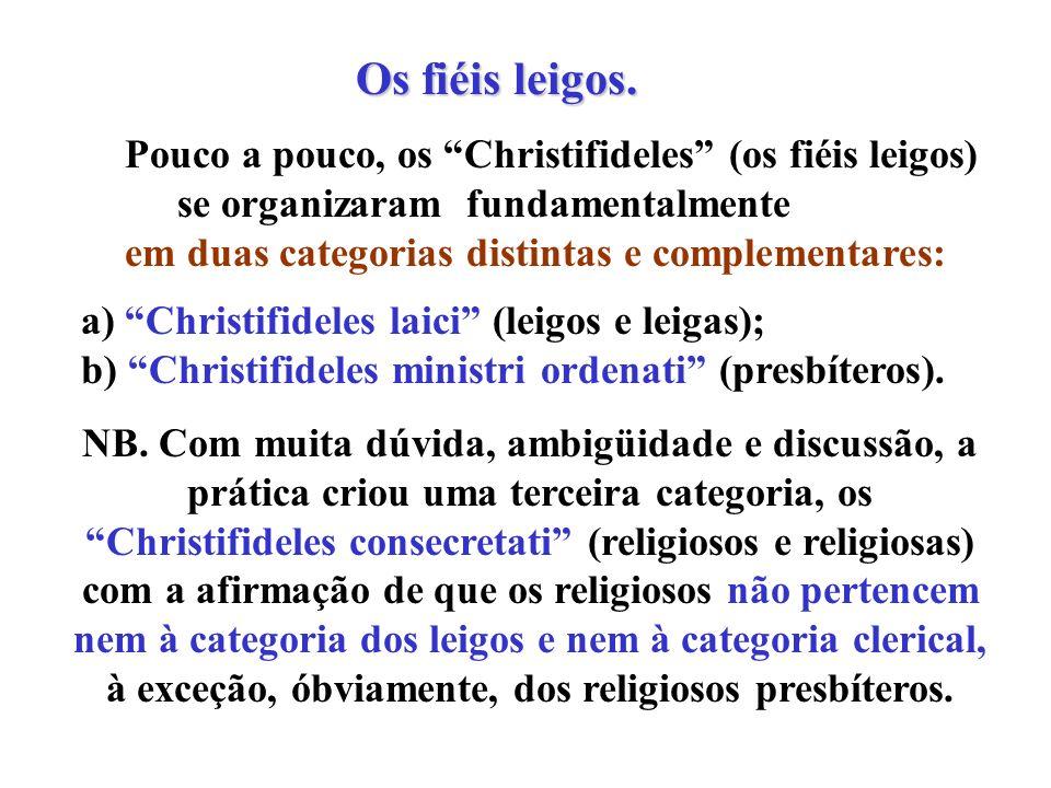 Os fiéis leigos. Os fiéis leigos. Pouco a pouco, os Christifideles (os fiéis leigos) se organizaram fundamentalmente em duas categorias distintas e co