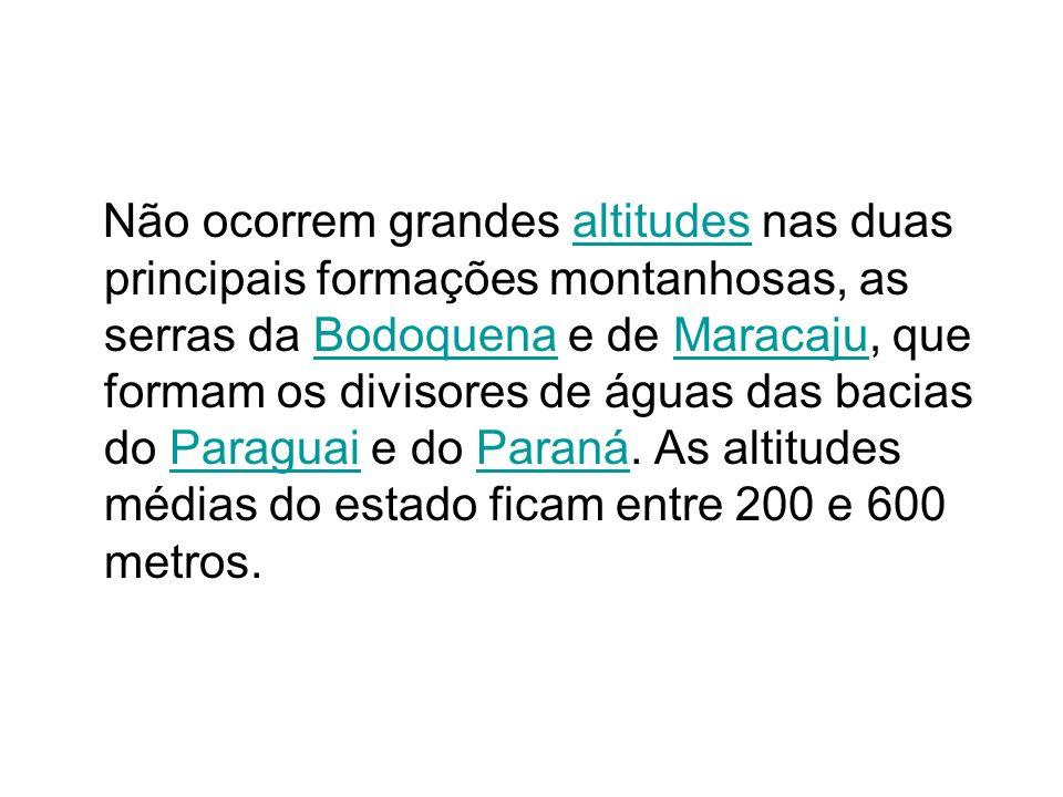 Não ocorrem grandes altitudes nas duas principais formações montanhosas, as serras da Bodoquena e de Maracaju, que formam os divisores de águas das ba