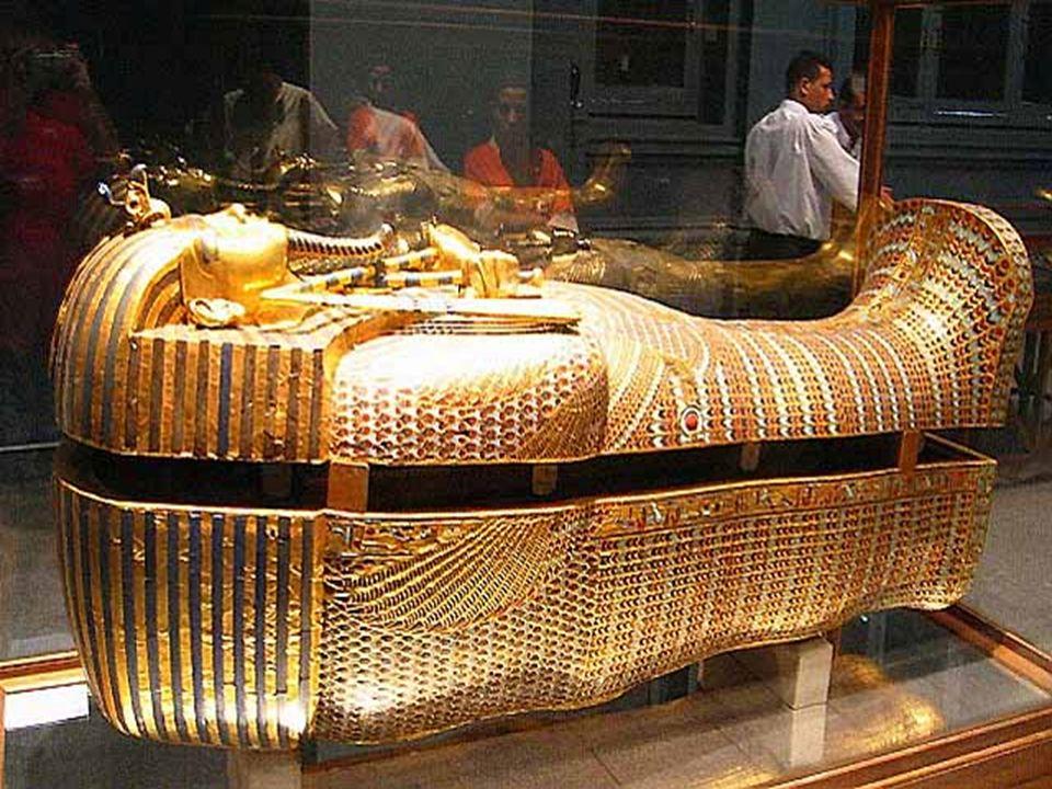 Economia Egípcia A principal atividade econômica no EGITO ANTIGO era a AGRICULTURA, sendo a mesma, a principal fonte de SUBSISTÊNCIA dos povos que habitaram essa região.