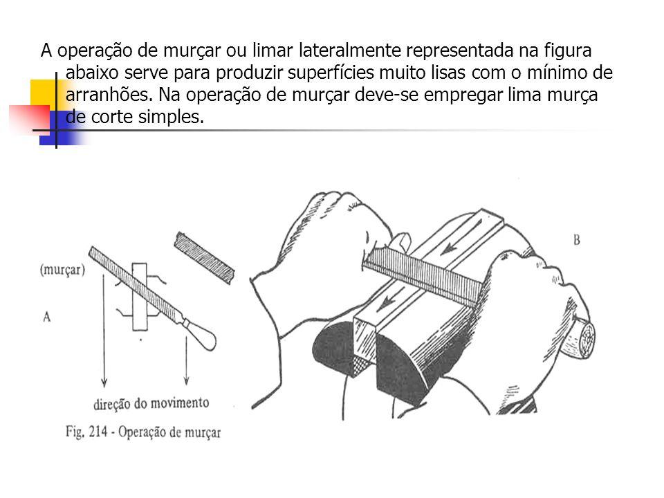 A operação de murçar ou limar lateralmente representada na figura abaixo serve para produzir superfícies muito lisas com o mínimo de arranhões. Na ope