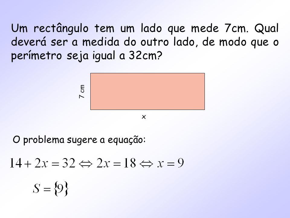 Um rectângulo tem um lado que mede 7cm. Qual deverá ser a medida do outro lado, de modo que o perímetro seja igual a 32cm? x 7 cm O problema sugere a