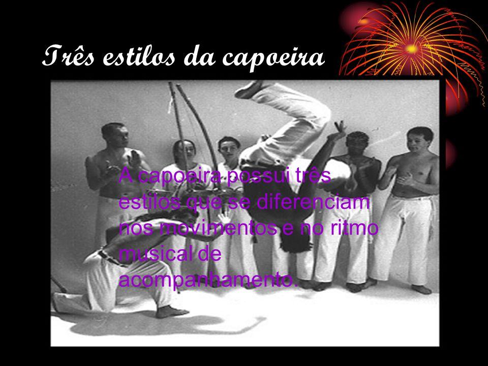 Três estilos da capoeira A capoeira possui três estilos que se diferenciam nos movimentos e no ritmo musical de acompanhamento.