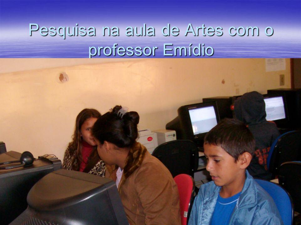 Pesquisa na aula de Artes com o professor Emídio