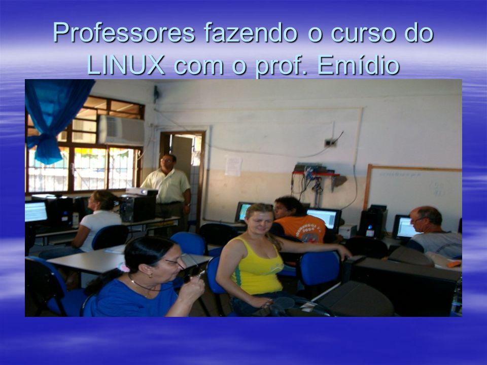 Professores fazendo o curso do LINUX com o prof. Emídio