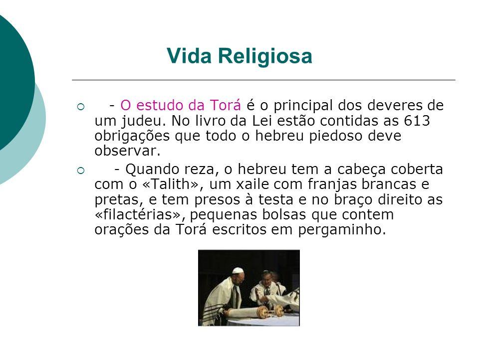 Vida Religiosa - O estudo da Torá é o principal dos deveres de um judeu. No livro da Lei estão contidas as 613 obrigações que todo o hebreu piedoso de