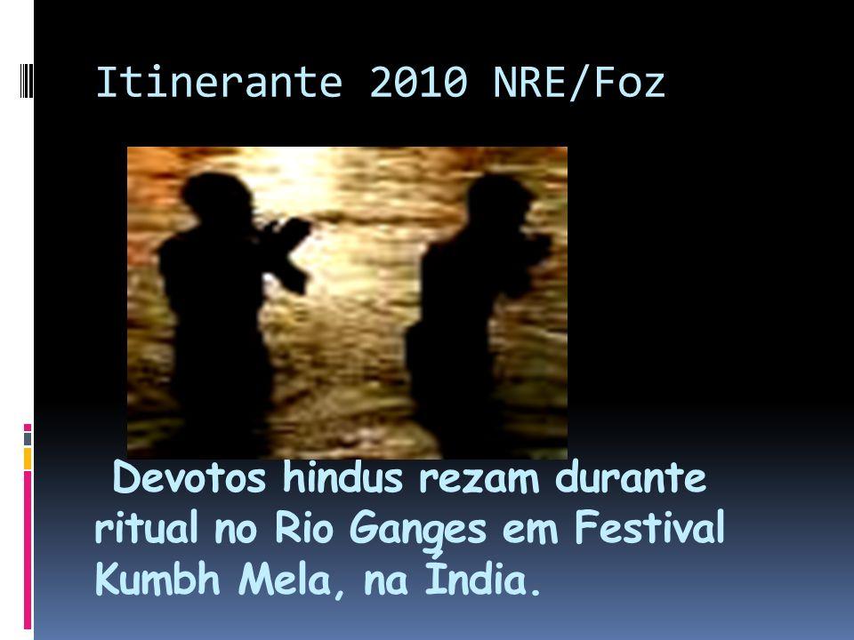 Itinerante 2010 NRE/Foz Devotos hindus rezam durante ritual no Rio Ganges em Festival Kumbh Mela, na Índia.