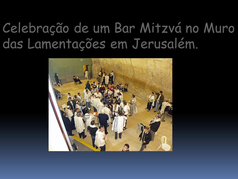 Celebração de um Bar Mitzvá no Muro das Lamentações em Jerusalém.