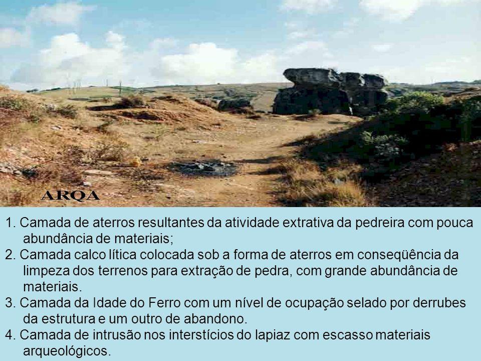 1. Camada de aterros resultantes da atividade extrativa da pedreira com pouca abundância de materiais; 2. Camada calco lítica colocada sob a forma de