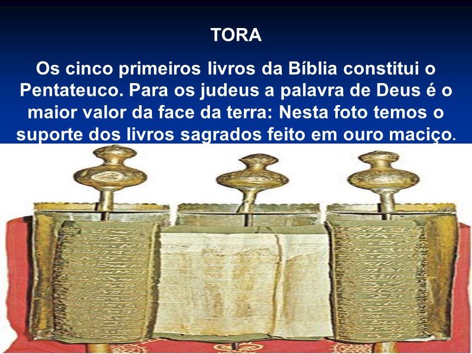 TORA Os cinco primeiros livros da Bíblia constitui o Pentateuco. Para os judeus a palavra de Deus é o maior valor da face da terra: Nesta foto temos o