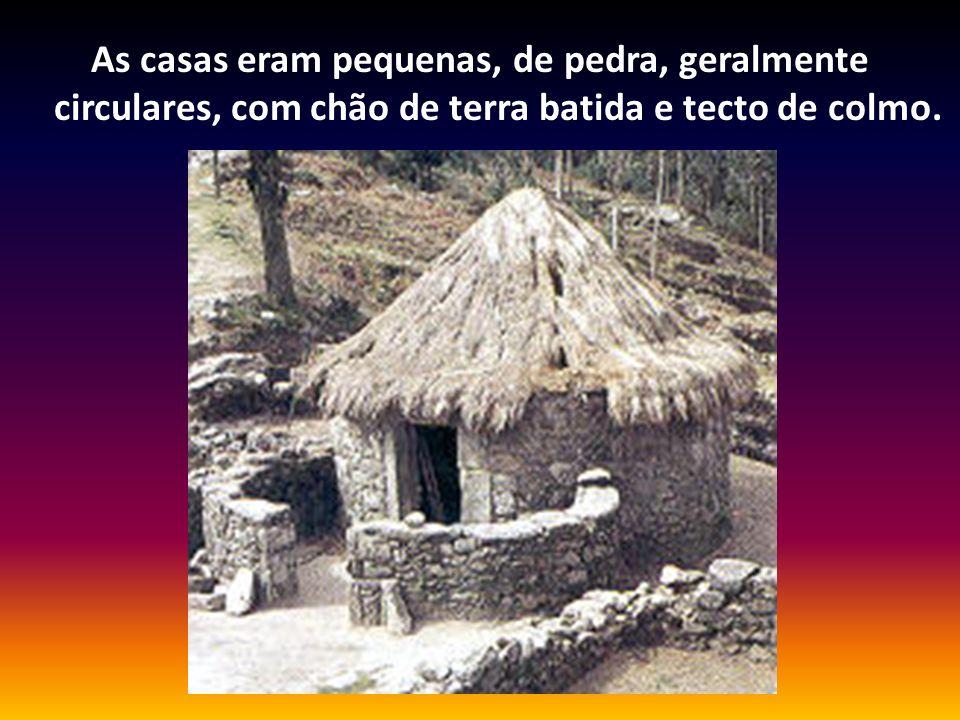 As casas eram pequenas, de pedra, geralmente circulares, com chão de terra batida e tecto de colmo.
