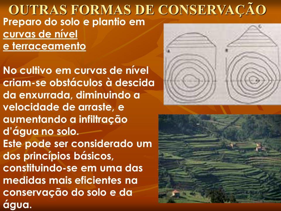 Preparo do solo e plantio em curvas de nível e terraceamento No cultivo em curvas de nível criam-se obstáculos à descida da enxurrada, diminuindo a ve