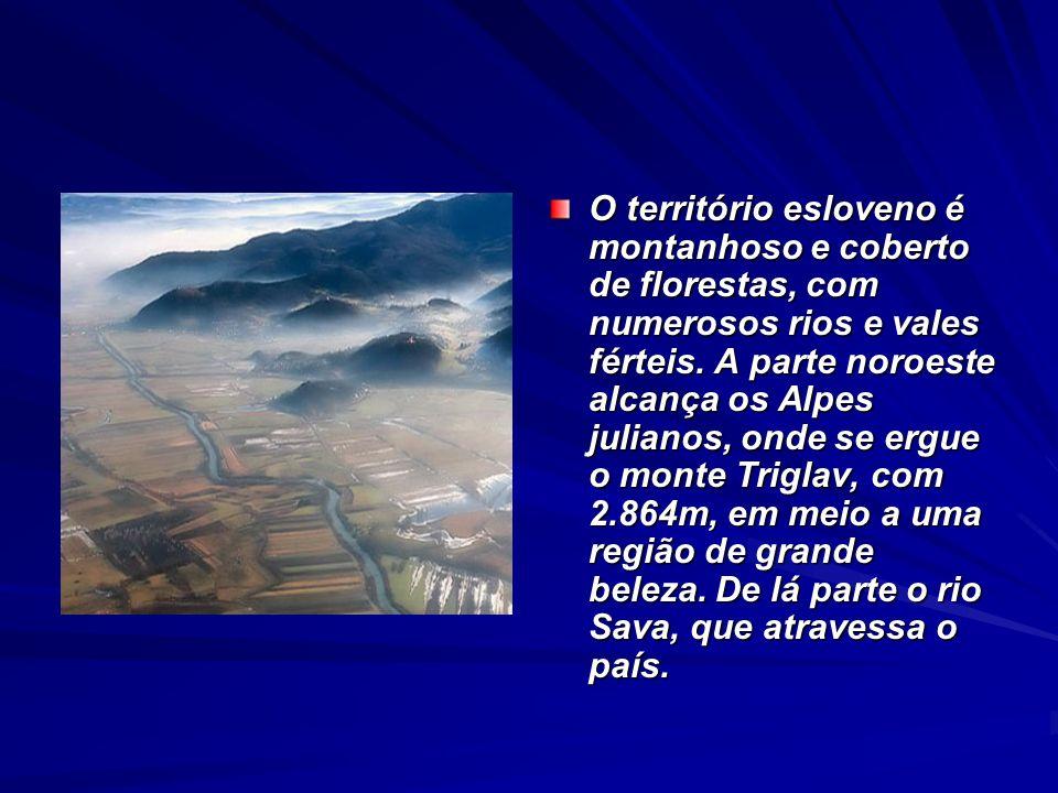 O território esloveno é montanhoso e coberto de florestas, com numerosos rios e vales férteis. A parte noroeste alcança os Alpes julianos, onde se erg