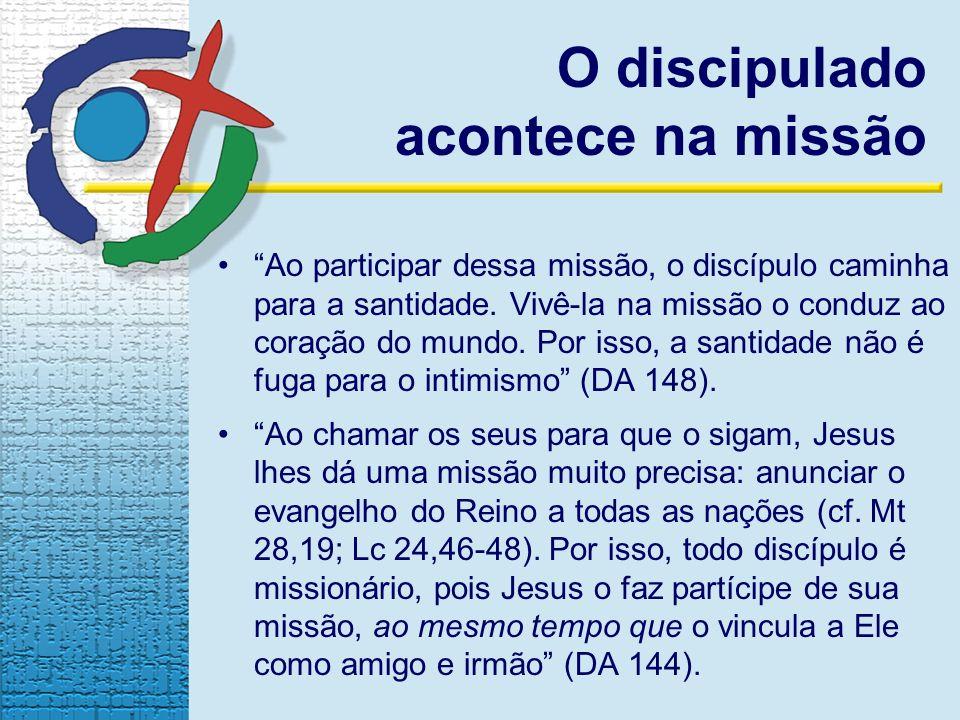 O discipulado acontece na missão Ao participar dessa missão, o discípulo caminha para a santidade. Vivê-la na missão o conduz ao coração do mundo. Por