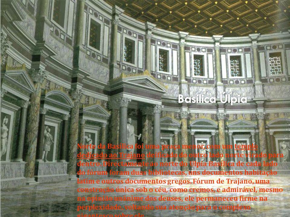 A entrada principal do fórum está no lado sul, um arco triunfal encimado por uma estátua de Trajano em uma carruagem de seis cavalos.