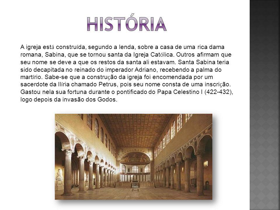 A igreja est á constru í da, segundo a lenda, sobre a casa de uma rica dama romana, Sabina, que se tornou santa da Igreja Cat ó lica. Outros afirmam q