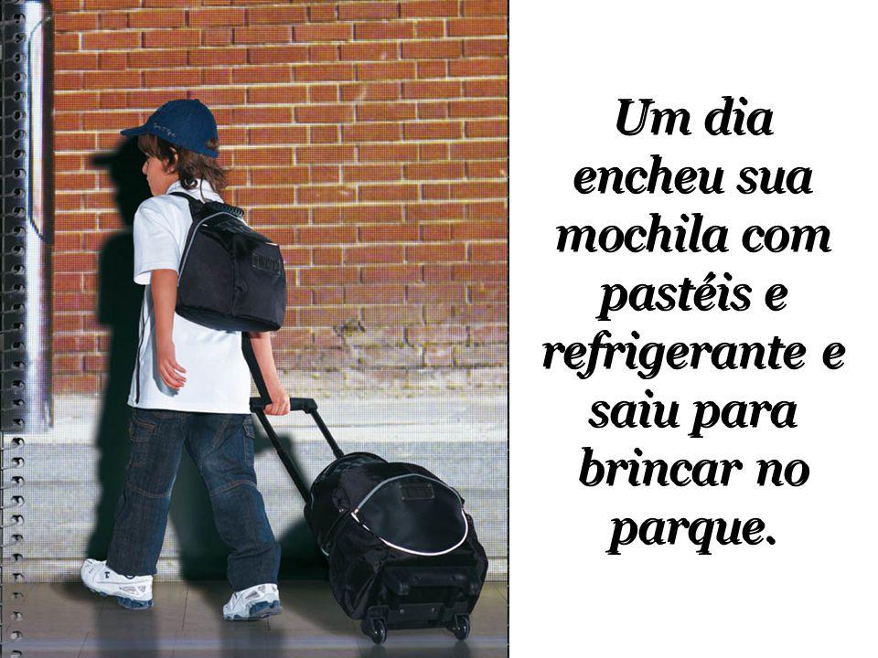 Um dia encheu sua mochila com pastéis e refrigerante e saiu para brincar no parque.