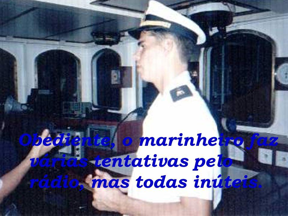 O capitão ordena ao marinheiro que mande a pequena embarcação mudar a rota imediatamente ou ocorrerá o choque Inevitavelmente. Prevendo o choque,