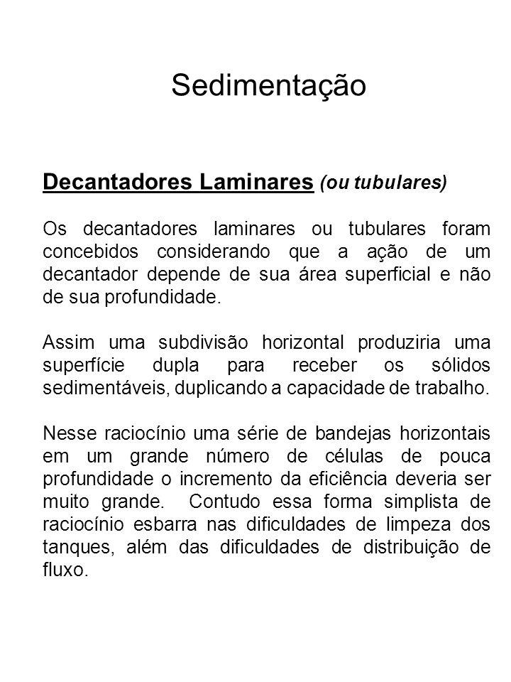 Sedimentação Decantadores Laminares (ou tubulares) Os decantadores laminares ou tubulares foram concebidos considerando que a ação de um decantador de