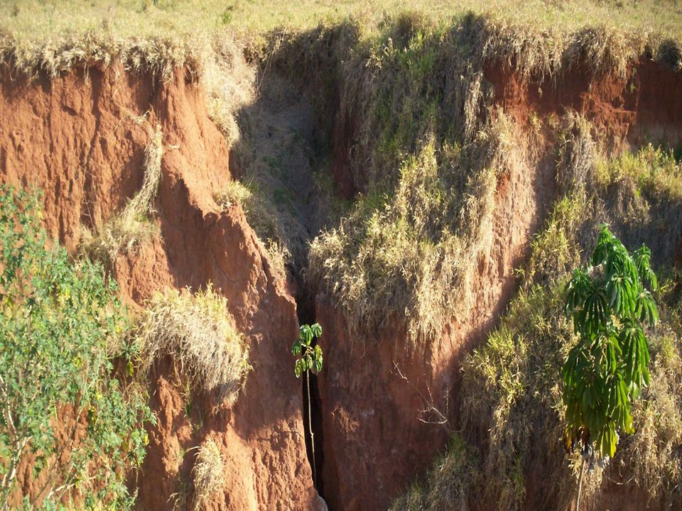 Efeitos poluidores da ação de arraste Os arrastamentos podem encobrir porções de terrenos férteis e sepultá-los com materiais áridos.