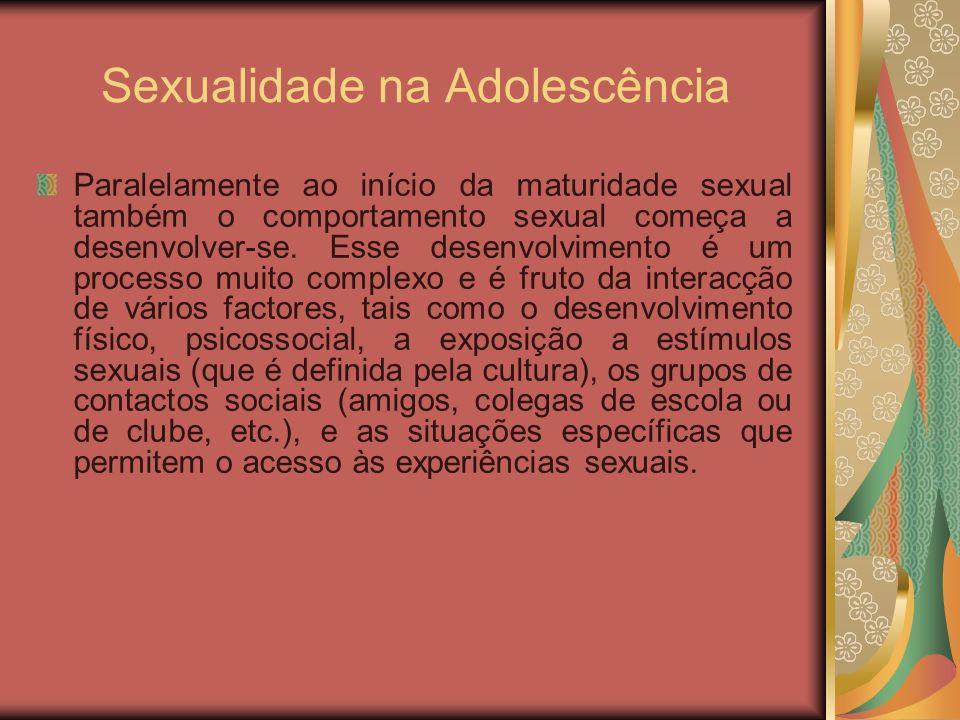 Sexualidade na Adolescência Paralelamente ao início da maturidade sexual também o comportamento sexual começa a desenvolver-se. Esse desenvolvimento é
