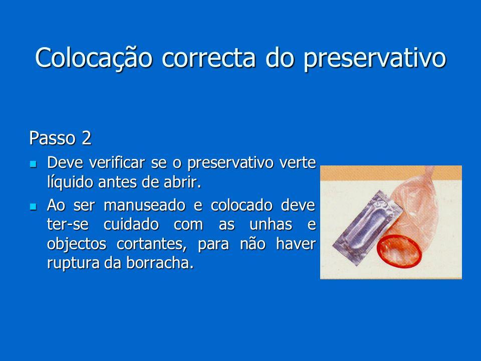 Colocação correcta do preservativo Passo 2 Deve verificar se o preservativo verte líquido antes de abrir. Deve verificar se o preservativo verte líqui