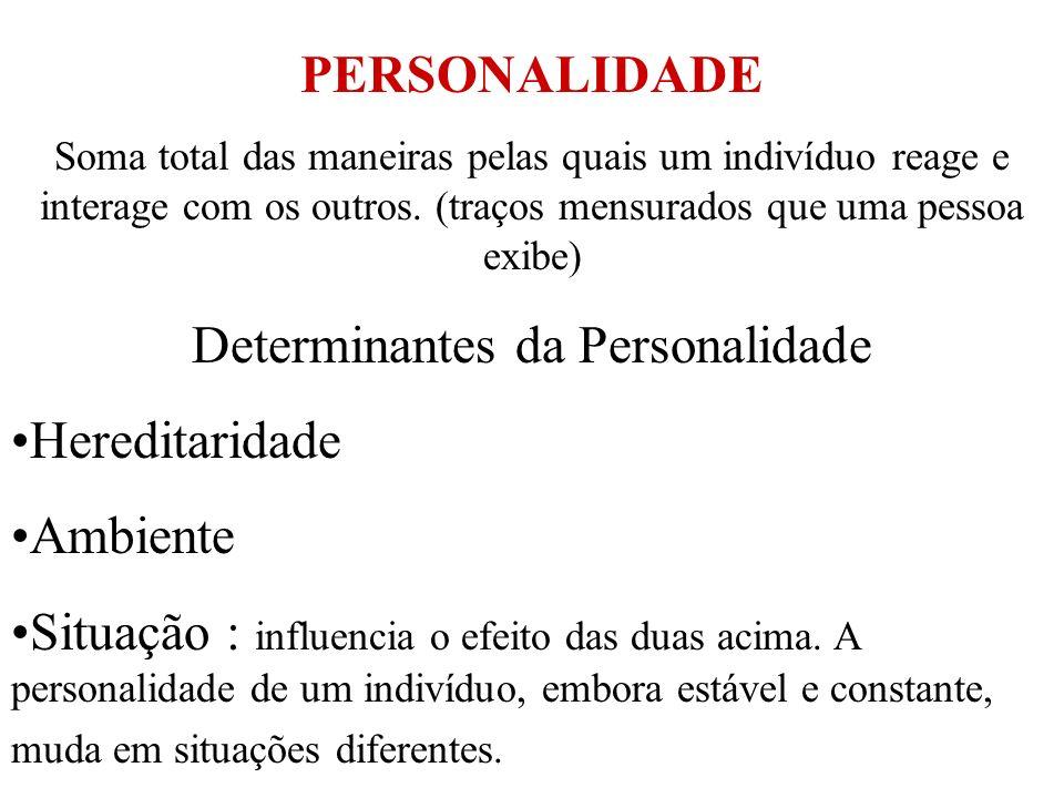 PERSONALIDADE Soma total das maneiras pelas quais um indivíduo reage e interage com os outros. (traços mensurados que uma pessoa exibe) Determinantes