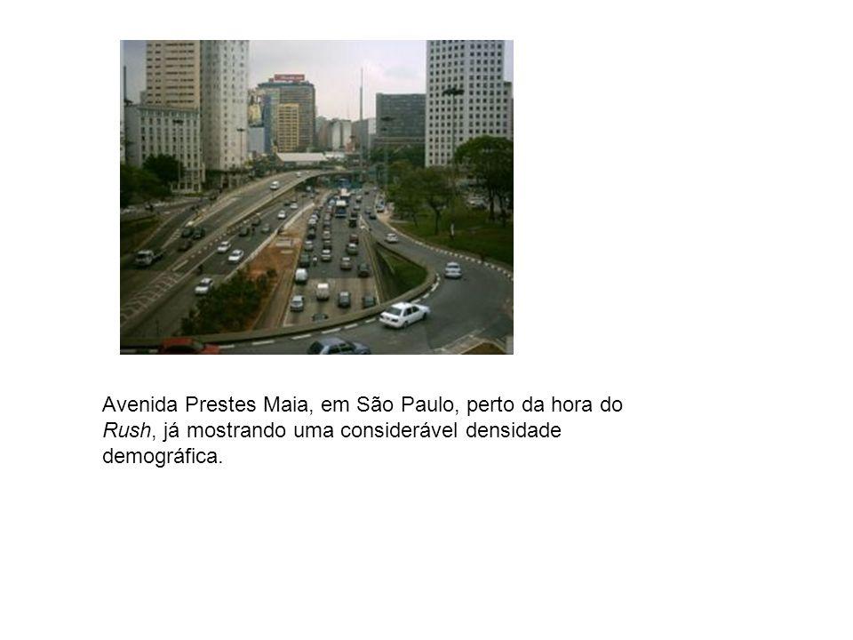 Avenida Prestes Maia, em São Paulo, perto da hora do Rush, já mostrando uma considerável densidade demográfica.