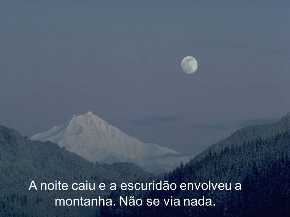 A noite caiu e a escuridão envolveu a montanha. Não se via nada.