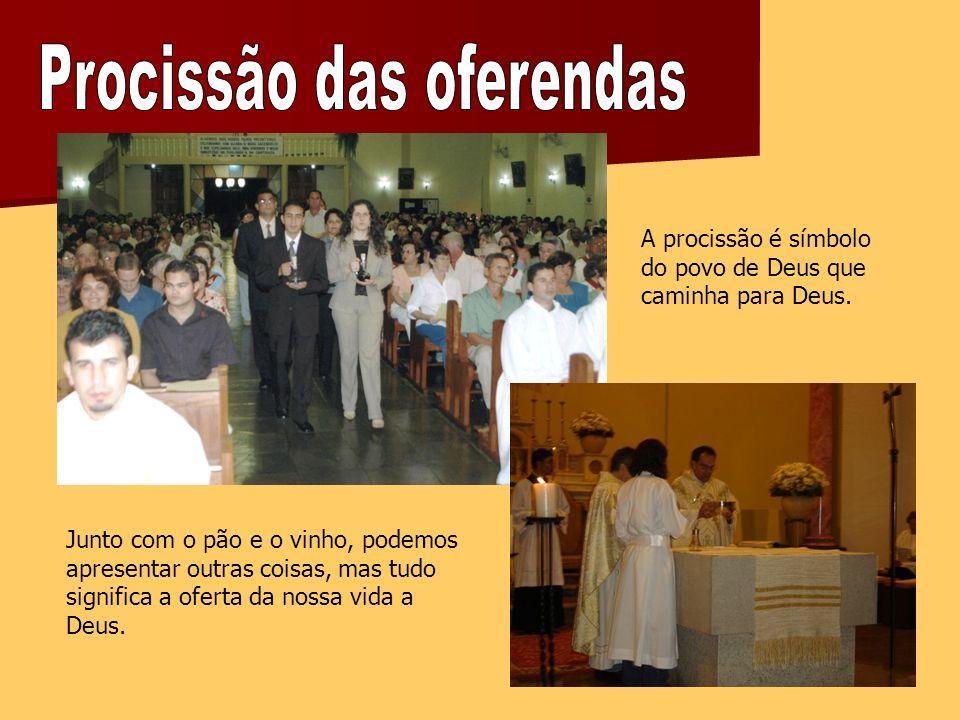 A procissão é símbolo do povo de Deus que caminha para Deus.