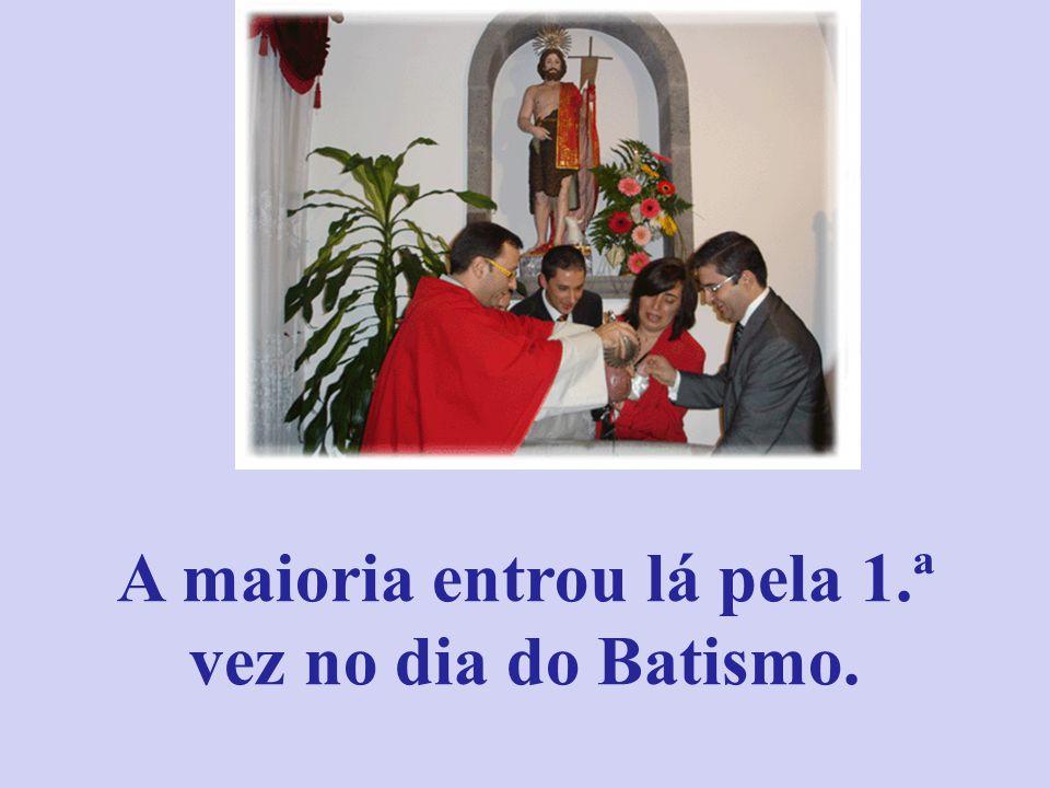 Como foi o nosso Batismo? À entrada da Igreja, o senhor Padre recebeu os pais e os padrinhos.