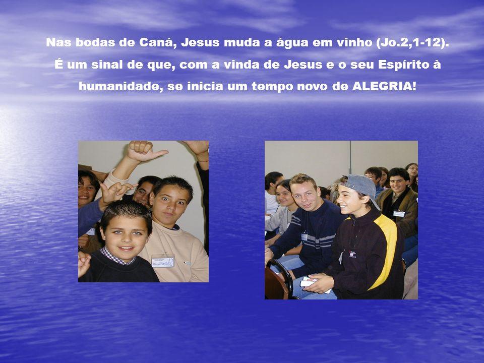 Nas bodas de Caná, Jesus muda a água em vinho (Jo.2,1-12).