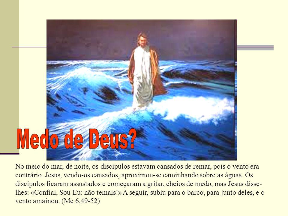 No meio do mar, de noite, os discípulos estavam cansados de remar, pois o vento era contrário. Jesus, vendo-os cansados, aproximou-se caminhando sobre