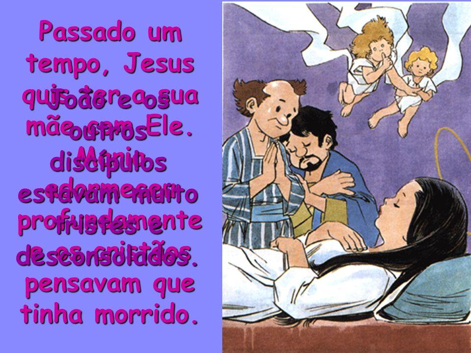 Junto à Cruz estavam a mãe de Jesus e João. Jesus disse-lhes: Mulher, eis aí o teu filho. João, eis aí a tua mãe. João levou Maria a sua casa. E ela c