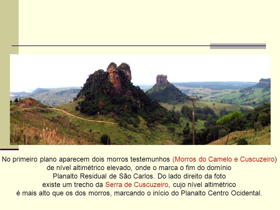 No primeiro plano aparecem dois morros testemunhos (Morros do Camelo e Cuscuzeiro) de nível altimétrico elevado, onde o marca o fim do domínio Planalt
